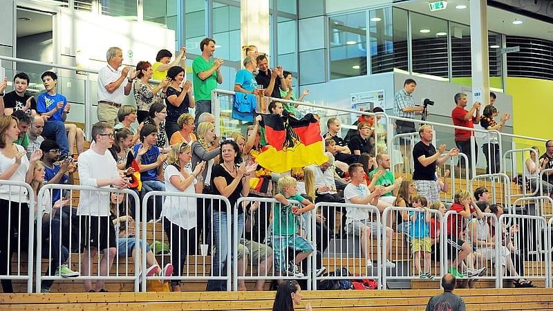 Zuschauer des Länderspiels Deutschland - Tschechien applaudieren in Erfurt den Teams. Foto: Susann Fromm