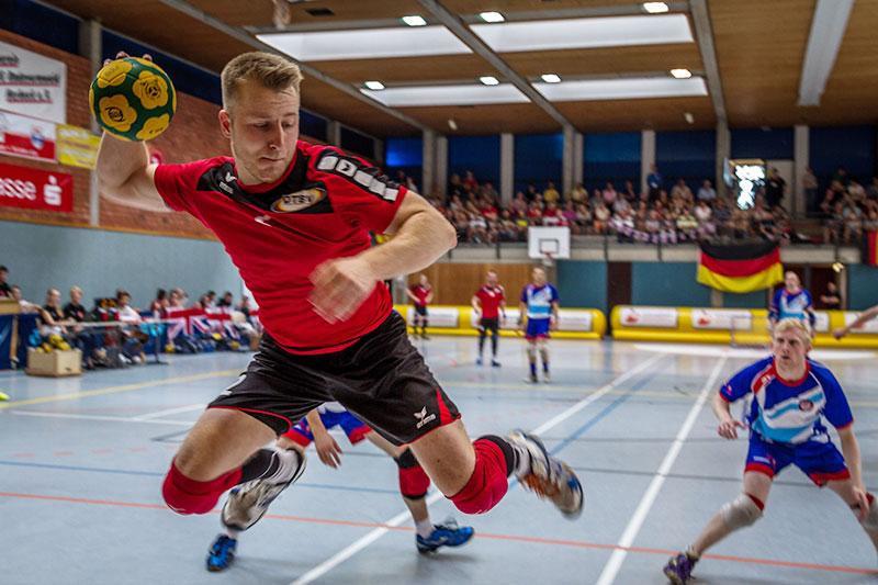 Lars Diederich beim Abschluss im Spiel gegen das vereinigte Königreich, das Deutschland 60:45 gewann. (Foto: Benedikt Hild)