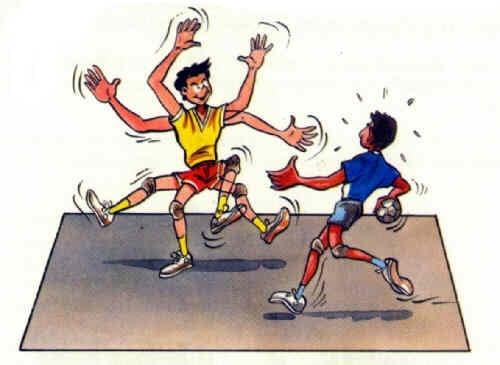 Tchoukball-Spielregeln: ein Verteidiger behindert den angreifenden Spieler